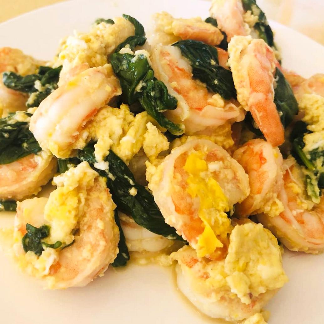Huevos revueltos con gambas y espinacas
